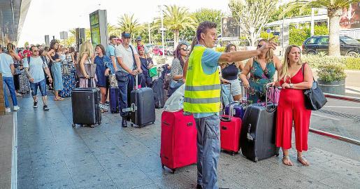 Imagen de archivo de la parada de taxis del aeropuerto de Ibiza.