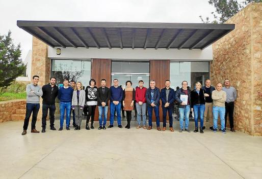 El proyecto de Abaqua prevé poner en marcha dos líneas de producción en Vila y Santa Eulària, así como mejoras en la eficiencia de las plantas de Vila y Sant Antoni. En la imagen los participantes en la reunión de ayer.