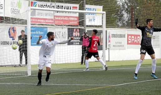 Fran Núñez celebra el gol que supuso la victoria, ante la desesperación del portero melillense.