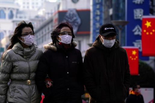 Un grupo de personas con máscaras protectoras en Shangai, China.