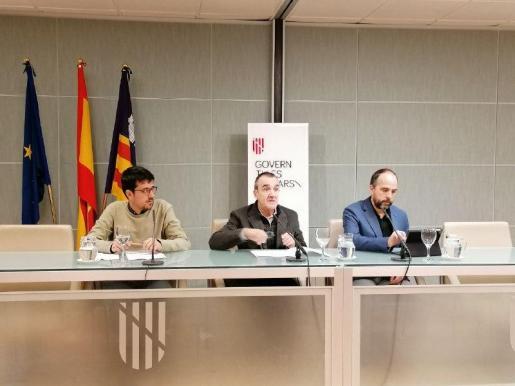 El vicepresidente y conseller de Transició Energètica i Sectors Productius, Juan Pedro Yllanes, acompañado del director general d'Energia i Canvi Climàtic, Aitor Urresti, y del director gerente de l'Institut Balear de l'Energia, Ferran Rosa.