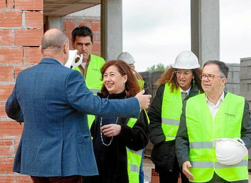 La presidenta Armengol saluda al presidente del Consell d'Eivissa, Vicent Marí.
