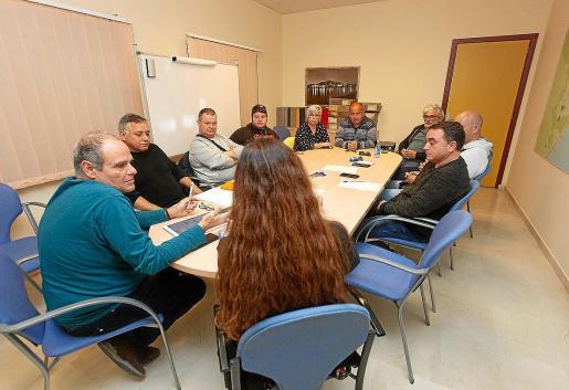 Imagen de la reunión mantenida ayer por Morrás (izquierda) con los representantes de las asociaciones del taxi de Vila. Como se puede comprobar, la silla de Cardell estaba vacía.