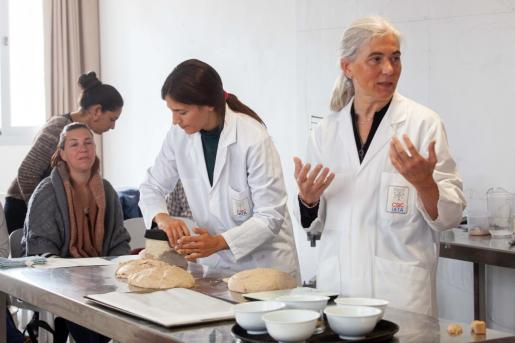Imágenes del desarrollo del seminario, ayer, en el IES Sa Serra de Sant Antoni, con las dos profesoras del CSIC.