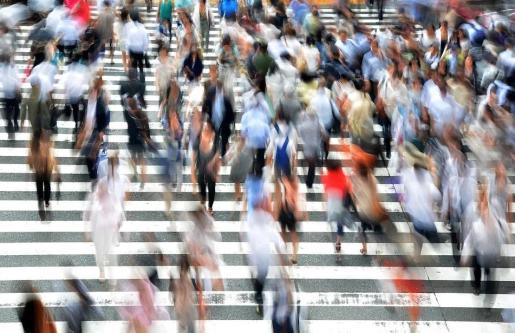 Los instantes de espera para cruzar un paso de peatones, o las grandes aglomeraciones de las calles comerciales, son campos abonados para que los amigos de lo ajeno cometan sus fechorías.