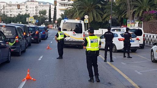 Imagen de archivo de un control conjunto de la Policía Local de Ibiza y Policía Nacional en Ibiza.