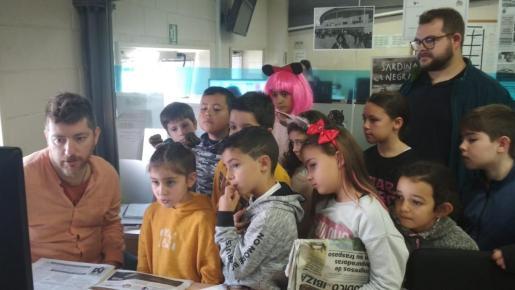 Los alumnos atienden a Manu Gon, redactor de Periódico de Ibiza.