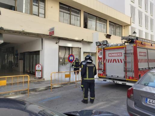 Los bomberos en el momento en el que extinguían el incendio.