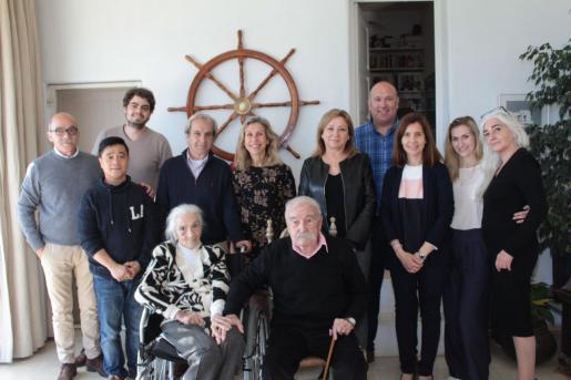 Joan Jordana Carreras (sentado en el centro) junto a su esposa, familiares y la alcaldesa de Santa Eulària.