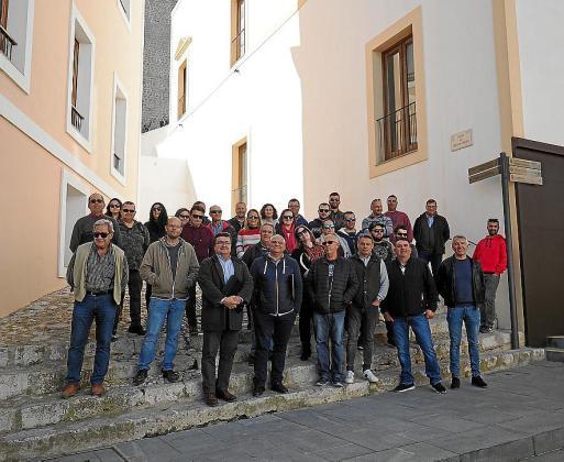 Arropado. Al terminar su encuentro con Ruiz y Morrás, el presidente de la Asociación de Taxistas Autónomos de Ibiza recibió el apoyo de una treintena de sus asociados, que se desplazaron hasta el Ayuntamiento para agradecerle los esfuerzos.