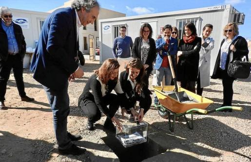 Imagen de la primera piedra de las obras para dar vida al nuevo colegio.