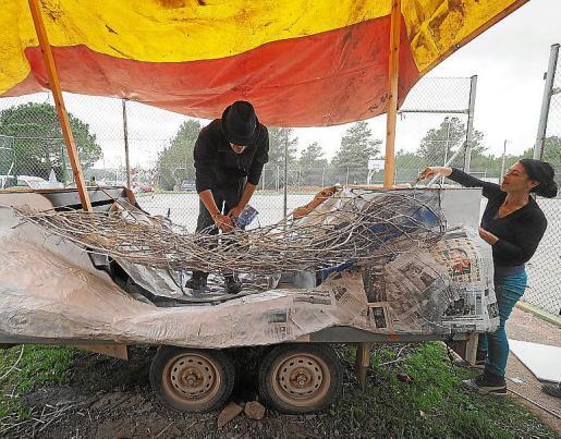 Materiales reciclables. La carroza con la que desfilarán este carnaval está hecha con cartones y materiales de desecho, como una tela de gallinero.