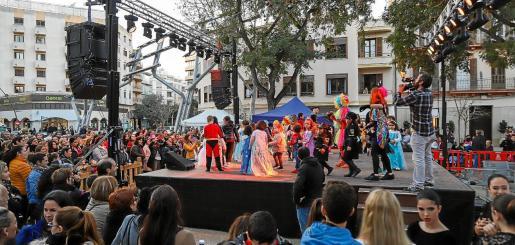Espectáculos y manualidades. Además del reparto de tortilla se organizó un espectáculo de baile, talleres infantiles, cuentacuentos y un concurso de 'mariol·los' en el que todos los participantes tenían premio.
