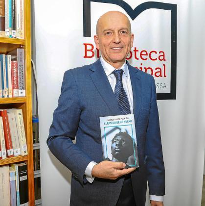 El escritor Manuel Vega Alocén, con su novela ayer en la biblioteca municipal de Can Ventosa en la ciudad de Ibiza.