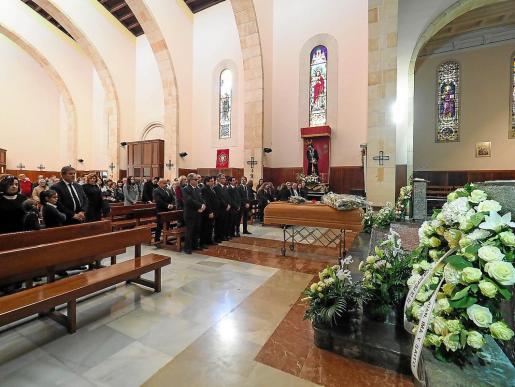 Familares, amigos y personalidades del mundo empresarial y político acudieron al funeral.