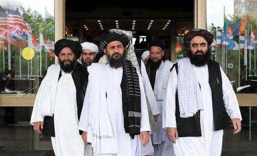 Miembros de una delegación talibán con el negociador jefe, mulá Abdul Ghani Baradar, en el centro.