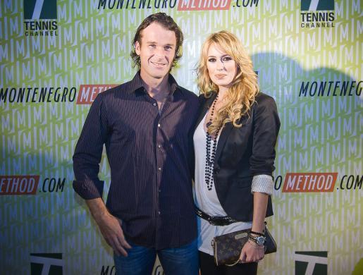 El tenista español Carlos Moyá y la actriz Carolina Cerezuela, en Miami.