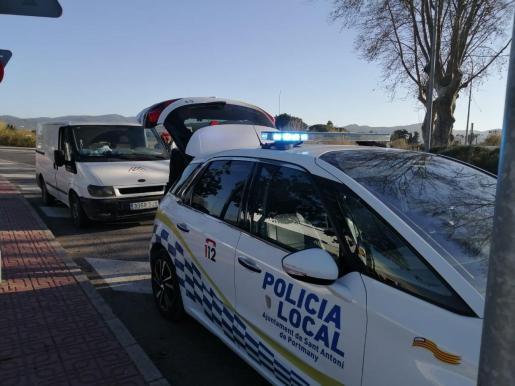 Agentes de la Policía Local de Sant Antoni durante la operación de controles de camiones y autobuses.