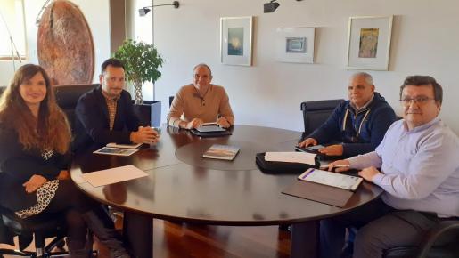 Imagen de la reunión celebrada ayer en el Ayuntamiento de Ibiza.
