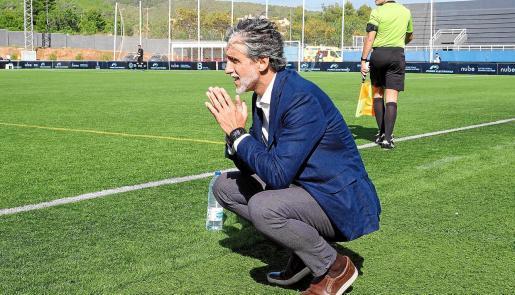 Pablo Alfaro , en la banda de Can Misses antes del comienzo del encuentro ante el Atlético de Madrid B.