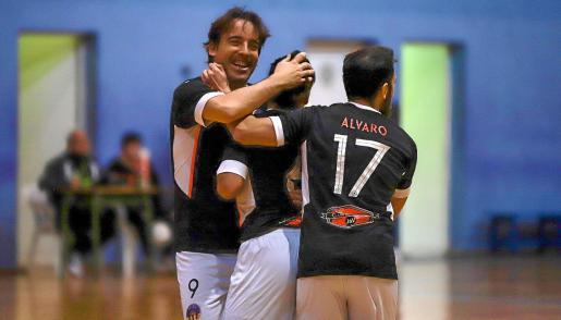 Estefan, Aarón y Álvaro celebran uno de los goles del Harinus Ibiza Futsal en el partido de ayer.