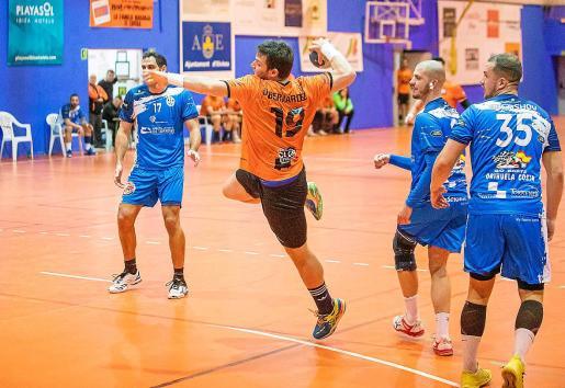 Daniel Bernárdez lanza a portería, durante un encuentro del HC Playasol.