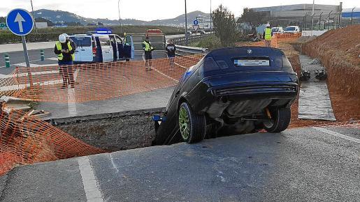 Así acabó un coche cuyos ocupantes no respetaron las señales de «calle cortada por obras»