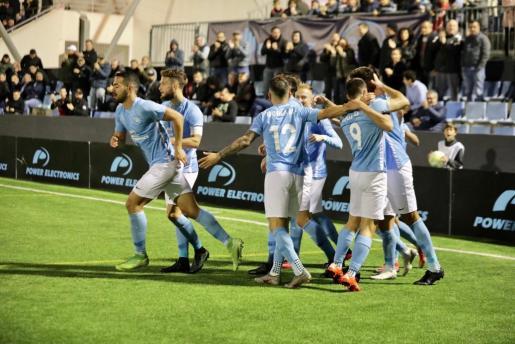 Varios jugadores del equipo celeste celebran el único tanto del partido.