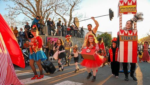 La rúa del Carnaval de Sant Joan mantuvo la música y el jolgorio del habitual mercadillo, que se celebra cada domingo por las calles del municipio.