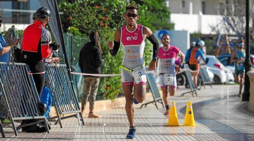 Edu Laporte esprinta hacia la victoria en la recta de meta del Duatló de Santa Eulària.