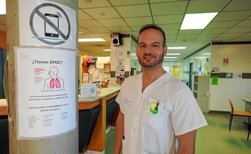 José Ramón Cánovas Corbalán, en el centro de salud de Es Viver, ante uno de los carteles para la captación de pacientes.