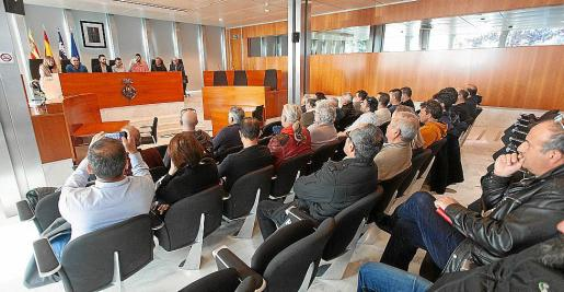 Imagen de una reunión anterior entre taxistas, ayuntamientos y Consell.
