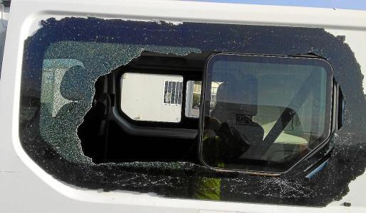 Luna trasera destrozada para robar en el interior de una furgoneta.