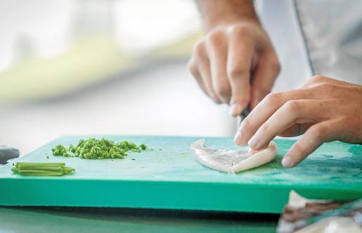 Una de las infracciones es utilizar el mismo cuchillo para distinto tipo de alimento.