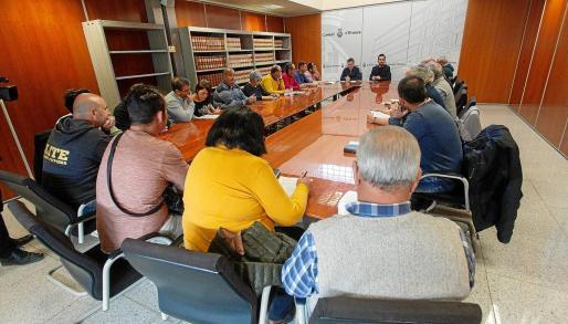 Imagen de la reunión entre el conseller de Transportes, Innovación, Participación y Transparencia del Consell d'Eivissa, Javier Torres, y los taxistas.