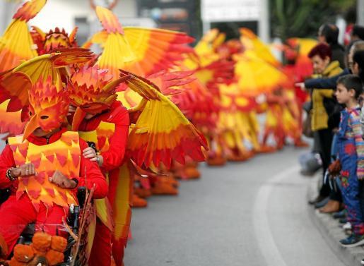 El desfile de carnaval de la Villa del Río hizo las delicias de pequeños y mayores.