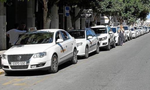 Imagen de archivo de una parada de taxi en Ibiza.