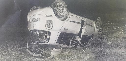 El coche acabó volcado tras impactar contra un muro y salir disparado una veintena de metros.