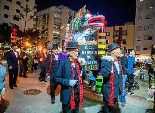 El carnaval culminó con la quema de la malograda sardina que un año más contó con su tradicional sardinada y actuaciones humorísticas.