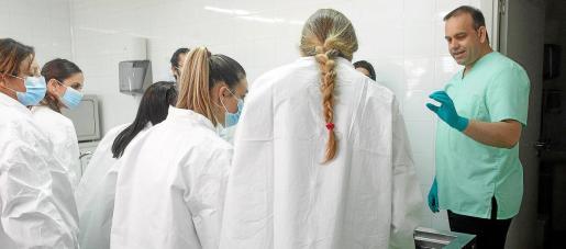 Los estudiantes asistieron a las enseñanzas de Córdoba para la preparación de difuntos para la presentación en la ceremonia fúnebre.