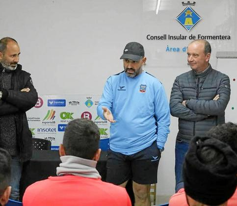 Víctor Basadre dialoga con los jugadores ante la presencia de la junta directiva.