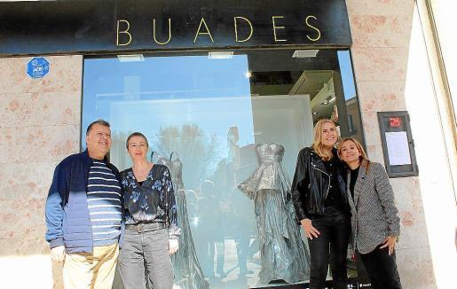 Pep Guerrero, la directora general d'Arts Visuals del Ajuntament de Palma, responsable del Casal Solleric, Aina Bauzá; la artista Susy Gómez y la farmacéutica Ainhoa Buades.