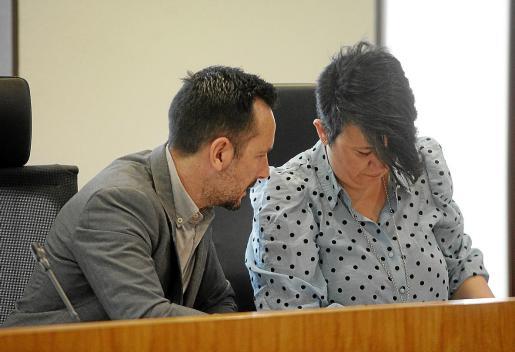 El alcalde de Ibiza, Rafa Ruiz, con la concejala de Urbanismo, Elena López, en el pleno de ayer.