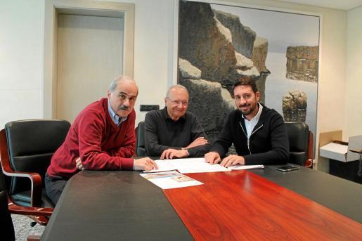 Gabriel Abraham, vicepresidente; Joan Llull, presidente de Hipotels, y Miquel Nebot, director técnico de obras, explican los ambiciosos planes de la cadena en Cancún.