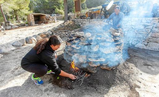 Agnès fue la encargada de este año de encender la tradicional sitja que quemará durante tres días.