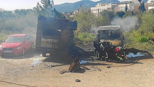 Las llamas devoraron la caravana y la furgoneta donde se originó el fuego en Jesús.