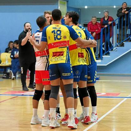 Los jugadores del Ushuaïa Ibiza Vóley celebran un punto durante el partido de ayer contra el Emevé Lugo.