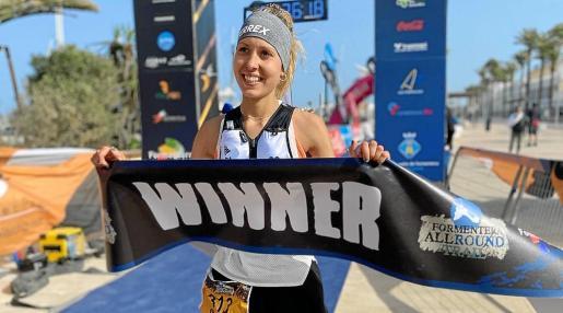Sheila Avilés Gómez cruza la meta como mejor fémina de la Half Round Trail.