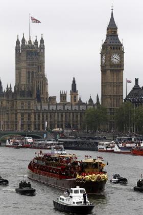 """Imagen tomada desde el puente Chelsea de la embarcación """"Spirit of Chartwell"""" que lleva a la reina Isabel II de Inglaterra y al resto de los miembros de la familia real británica, mientras navega por el río Támesis por Londres.ENTUSIASMO DURANTE EL JUBILEO EN EL REINO UNIDO"""