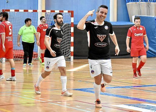 Estefan Lanchon, del Harinus, celebra el tercer gol de su equipo.